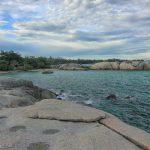 Pesona Keindahan Hamparan Bebatuan di Pantai Penyabong
